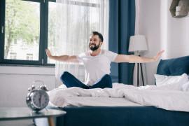 Joga w łóżku – idealna zaraz po przebudzeniu się