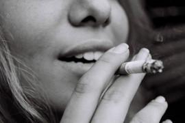 Palenia PAPIEROSÓW, braku zainteresowań, grudek na rzęsach  – czego jeszcze FACECI nienawidzą w kobietach?